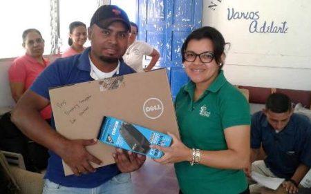 Entrega de laptops a docentes - Fundación Semillas para el Progreso